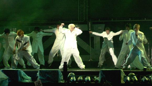 2001년 서울 잠실 주경기장에서 열정적인 퍼포먼스를 선보이고 있는 있는 H.O.T. (사진=저작권자(c) 연합뉴스, 무단 전재-재배포 금지)