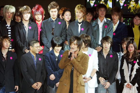 2006년 2월에 열린 SM 엔터테인먼트 창립 10주년 기념 파티에 참석해 소감을 말하는 H.O.T의 강타를 흐믓한 표정으로 바라보고 있는 이수만 이