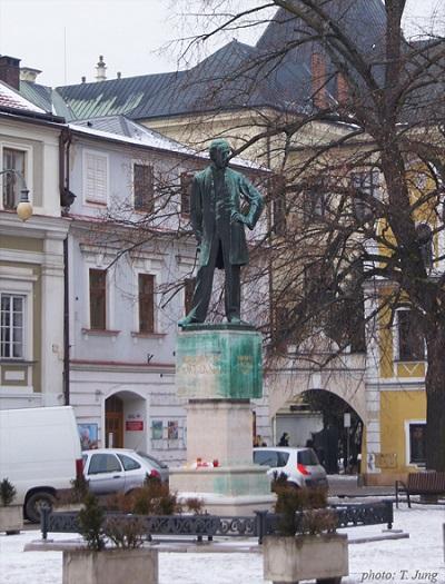스메타나 광장 북쪽면에 세워진 스메타나의 동상