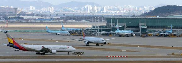 국토교통부는 올해 국제노선 확대(47개)와 인천공항 T2 개장 등으로 항공시장의 성장세에 힘입어 약 1만 4000여개의 신규 일자리가 창출됐다고 23일 밝혔다.(사진=저작권자(c) 연합뉴스, 무단 전재-재배포 금지)