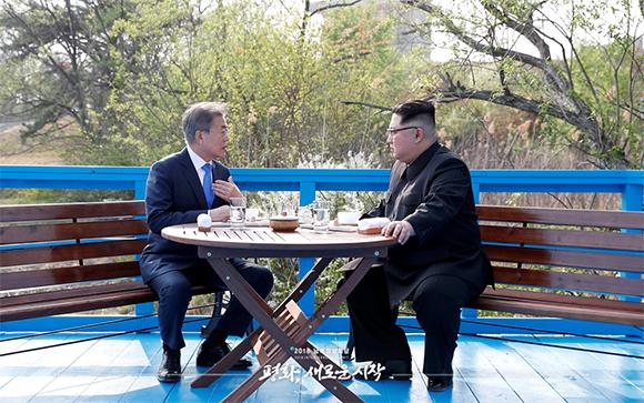 문재인 대통령과 북한 김정은 국무위원장이 4월 27일 오후 판문점 도보다리 친교 산책 후 끝지점에 단둘이 앉아 대화를 나누고 있다. (사진공동취재단)
