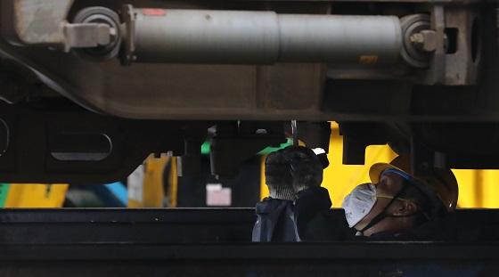 경기도 고양시 수도권철도차량정비단에서 엔지니어가 KTX 열차를 정비하고 있다.(사진=저작권자(c) 연합뉴스, 무단 전재-재배포 금지)