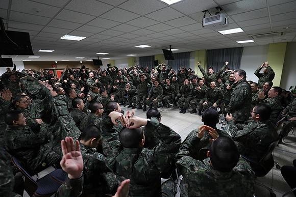 문재인 대통령이 28일 경기도 연천 육군 5사단 신병교육대대를 방문해 환영하는 훈련병들과 인사하고 있다. (사진=청와대)
