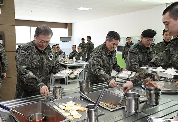 문재인 대통령이 28일 경기도 연천 육군 5사단 신병교육대대를 방문해 직접 식판에 음식을 담고 있다. (사진=청와대)