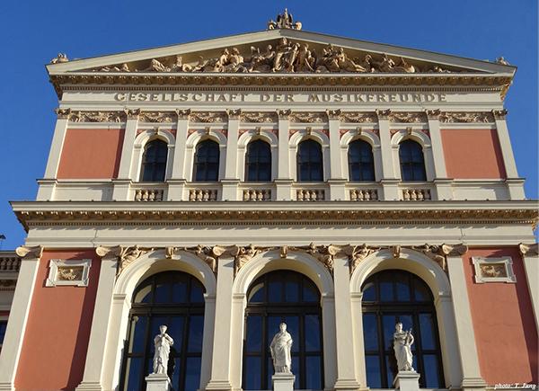 고대 그리스와 로마풍이 섞인 근엄함 건축양식의 무직페라인의 정면.