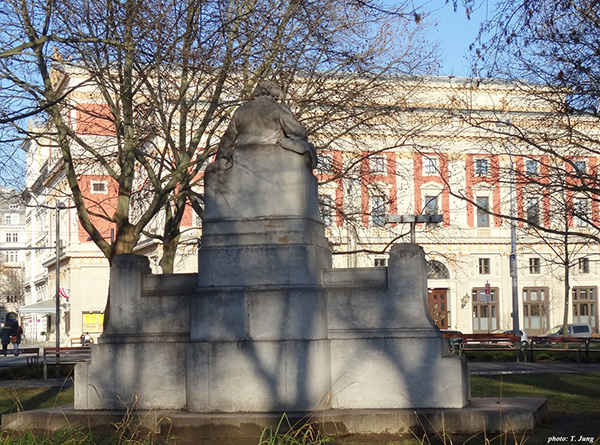 브람스 기념상 등 뒤로 보이는 무직페라인 건물.