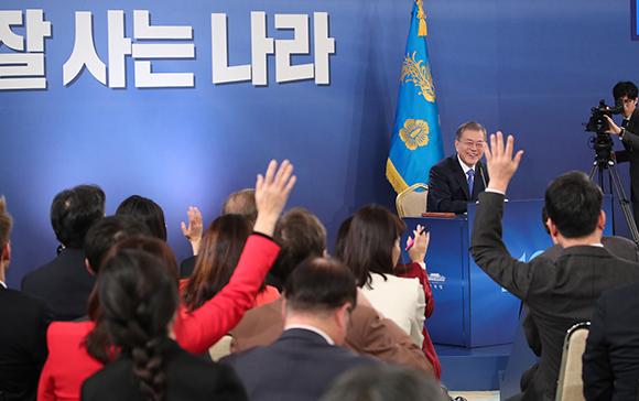 문재인 대통령이 10일 오전 청와대 영빈관에서 열린 2019년 신년 기자회견에서 취재진이 질문권을 얻기 위해 서로 손을 들자 미소짓고 있다. (사진=저작권자(c) 연합뉴스, 무단 전재-재배포 금지)