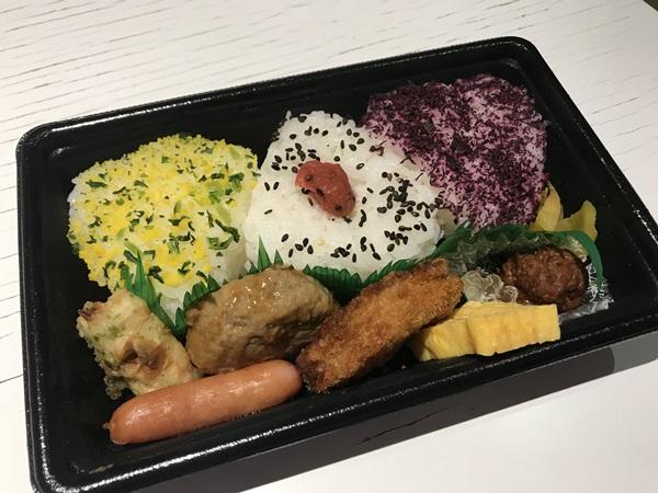 그녀가 일본 여행 중에 먹었다는 편의점 도시락 사진, 사각형의 용기 안에 옹기종기 담겨진 음식들에서 정갈함을 엿볼 수 있었다.