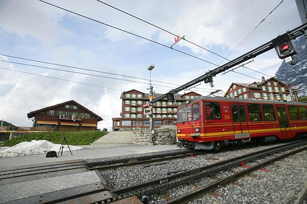 스위스 산악열차가 클라이네샤이덱 역으로 정차해 있다. 알프스의 정상 융프라우요흐로 오가기 위해서는 이 역을 통과해야 한다.(사진=<저작권자(c) 연합뉴스, 무단 전재-재배포 금지)