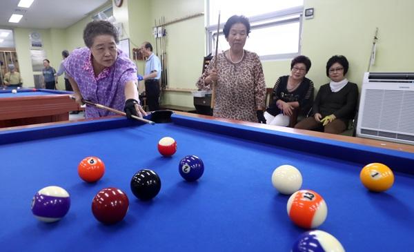 노인의 날을 하루 앞둔 지난해 10월 2일, 어르신들이 포켓볼을 치며 여가 생활을 즐기고 있다.(출처=뉴스1)