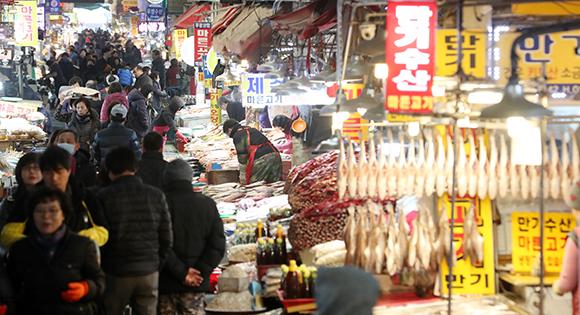 설 연휴를 앞둔 20일 부산 부산진구 부전시장이 제수를 사는 시민들로 붐비고 있다. (사진=저작권자(c) 연합뉴스, 무단 전재-재배포 금지)