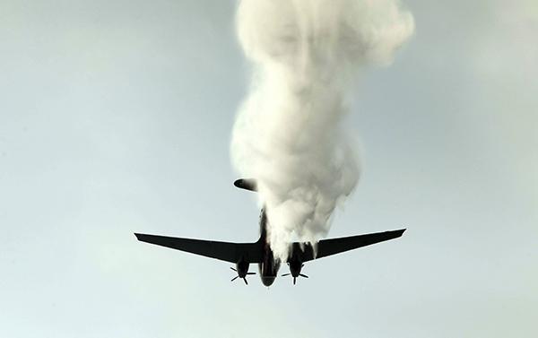 태국 공군 수송기 BT-67 한 대가 미세먼지로 인한 대기오염을 줄이기 위해 수도 방콕 상공에서 인공강우를 살포하고 있다.(사진=저작권자(c) AP/연합뉴스, 무단 전재-재배포 금지)