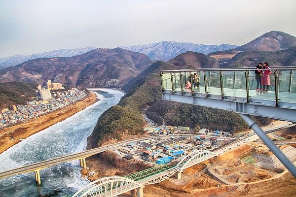 전망대에서 바라본 남한강과 소백산맥.