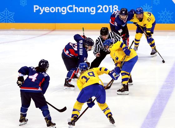 지난해 2월12일 오후 강원도 강릉시 관동하키센터에서 열린 여자 아이스하키 조별예선 2차전 남북 단일팀 대 스웨덴 경기.(사진=대한체육회)
