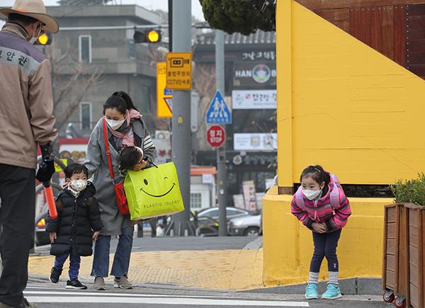 미세먼지가 기승을 부린 아침, 서울 시내 한 초등학교 앞에서 마스크를 쓴 어린이들이 등교하고 있다.(사진=저작권자(c) 연합뉴스, 무단 전재-재배포 금지)