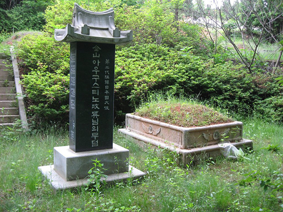 파주 천주교 공원묘원에 있는 제2대 주한 일본 대사 가나야마 마사히데의 묘소.