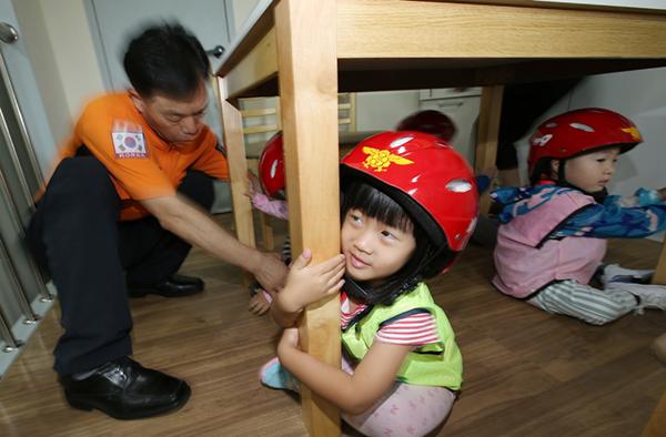지역소방서에서 운영하는 '안전체험실'에 어린이들이 찾아와 화재대피 요령, 소화기 사용법, 지진재난 대피 요령을 배우고 있다.