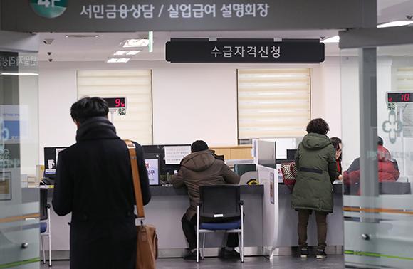 서울 마포구 고용복지플러스센터에서 실업급여 신청자들이 상담을 받고 있다. (사진=저작권자(c) 연합뉴스, 무단 전재-재배포 금지)