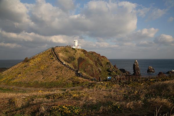 섭지코지가 한눈에 들어오는 등대. 오른쪽에 바다 위로 우뚝 솟은 바위가 선녀바위.