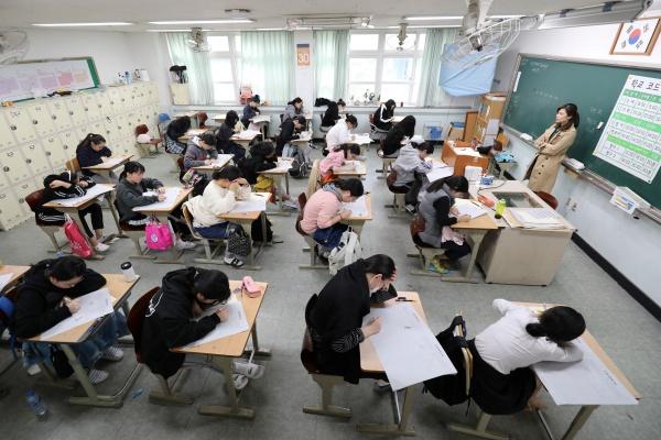 2019년도 대학수학능력시험 전 마지막 모의평가에 응시한 3학년 학생들.(출처=뉴스1, 무단 전재-재배포 금지)