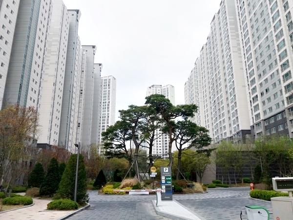 범지기마을 10단지 전경. 총 23개동 1970세대가 거주하는 세종시 최대 규모의 아파트로 입주민 상당수가 젊은 세대다.
