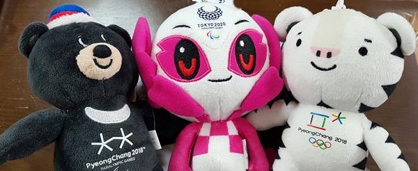 2020 올림픽 인형과 함께 있는 수호랑과 반다비.