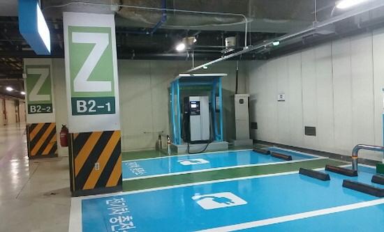 빠르게 확산된 전기차 충전소와 달리 수소충전소는 이제 걸음마 단계입니다. 사진은 이마트 양재점 전기차 충전소