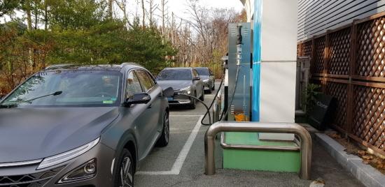주말에 이용이 불가능한 양재 충전소. 따라서 금요일에 차량이 몰립니다.