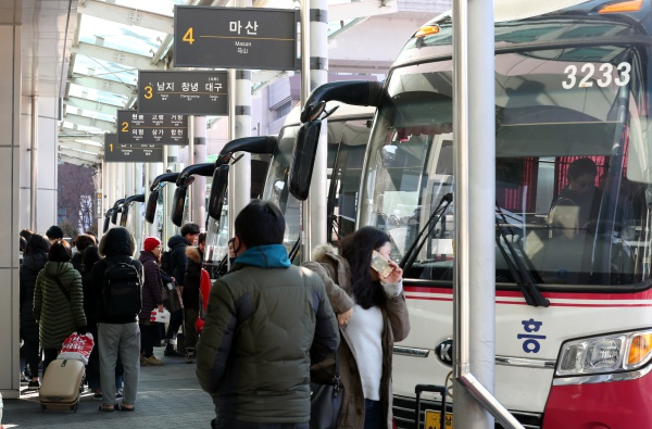 설 연휴를 앞둔 1일 오후 부산 사상시외터미널에서 귀향객들이 버스를 탑승하기 위해 분주히 움직이고 있다.(사진=저작권자(c) 뉴스1, 무단 전재-재배포 금지)