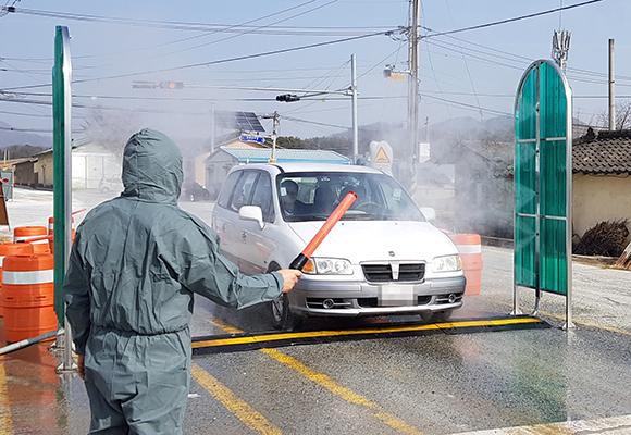 충북 충주시 주덕읍 당우리 인근 거점소독소에서 공무원들이 차단 방역에 주력하고 있다. (사진=저작권자(c) 연합뉴스, 무단 전재-재배포 금지)