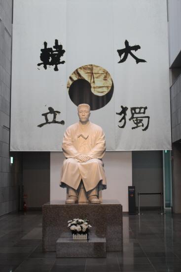 기념관 참배홀에 있는 태극기와 안중근 의사 동상