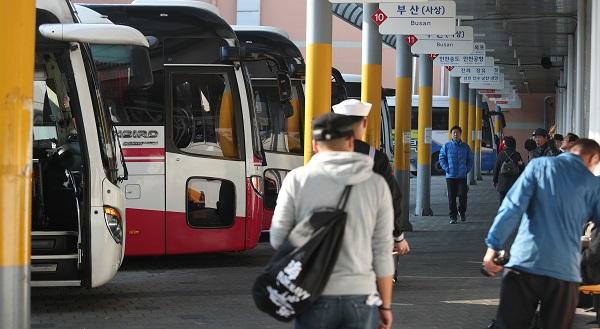 국토교통부는 시외버스 이용객의 부담을 완화하기 위해 버스업체의 정기권·정액권 발행 등 버스 요금 할인 사업이 확대된다고 11일 밝혔다. 사진은 경남 창원시 마산회원구 마산시외버스터미널 모습.(사진=저작권자(c) 연합뉴스, 무단 전재-재배포 금지)