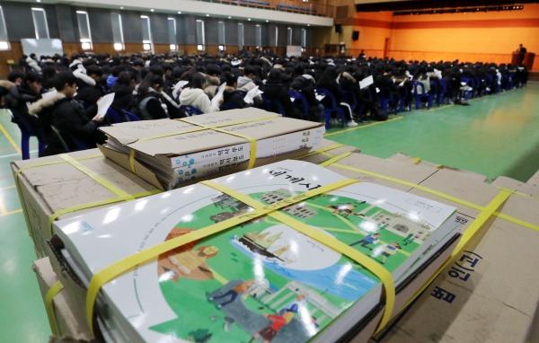 7일 오전 경기도 수원시 영통구 효원고등학교에서 열린 신입생 예비소집에 참석한 학생들이 입학 안내를 받고 있다.