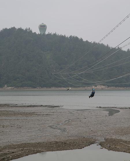 가우도엔 짚트랙이 설치돼 바다 위를 나는 듯한 스릴을 즐길 수 있다.