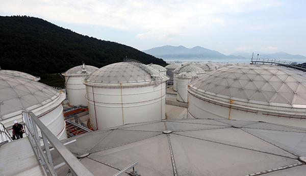 대형 석유저장시설의 모습..(사진=저작권자(c) 연합뉴스, 무단 전재-재배포 금지)