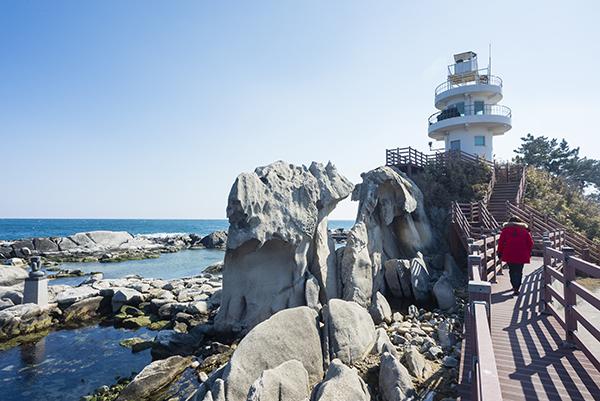 이채롭게 생긴 바위가 즐비한 소돌해변.