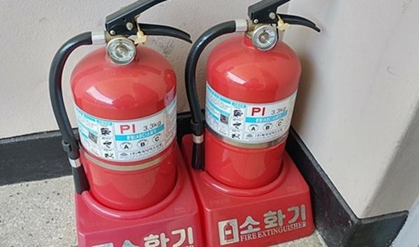 화재를 초기에 진압하기 위해 가정용 소화기를 비치하는 것이 좋다.
