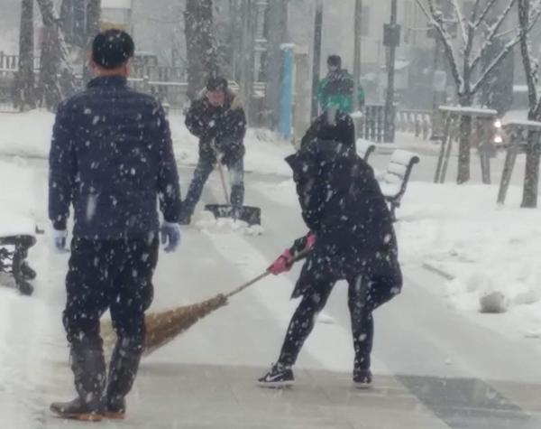 2월19일 눈이 내리자 주민들이 나와서 눈을 치우고 있다.