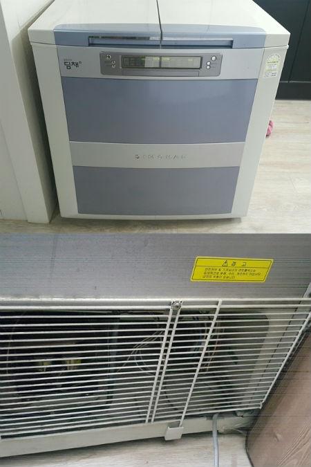 김치냉장고 뒤에 붙은 먼지들이 쌓이면 스파트, 합선 현상으로 화재가 발생할 위험이 높아 정기적으로 청소를 해줘야 한다.