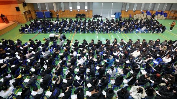 수원의 한 고등학교에서 열린 신입생 예비소집에 참석한 학생들이 입학 안내를 받고 있다.(출처=뉴스1)