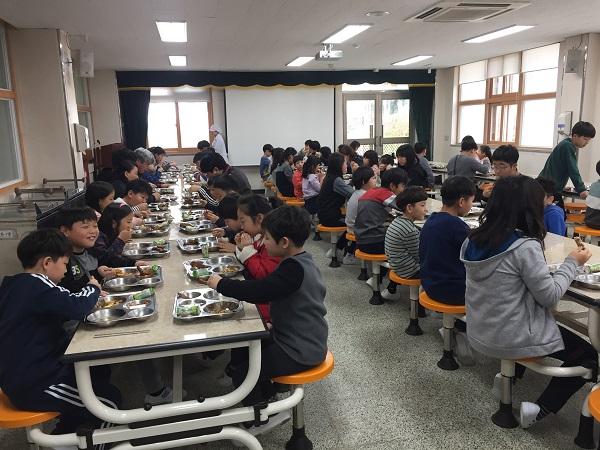 <전국의 학교에서는 영양사의 식단에 맞춰 매일 균형 있는 다양한 음식을 제공하고 있다.>