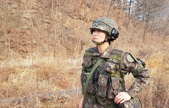 강원도 인제 KCTC에서 훈련장을 살펴보는 권성이 중령. (사진=육군본부 정훈공보실 제공)