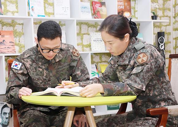 한나리 소령(오른쪽)이 장병에게 자격증 취득에 대해 설명하고 있다. (사진=육군본부 정훈공보실 제공)