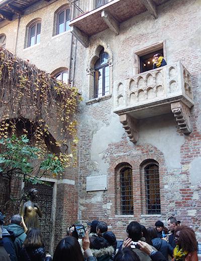 줄리엣의 집에 있는 줄리엣의 동상과 발코니.