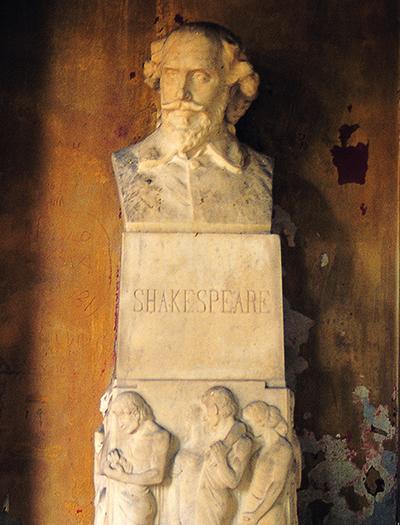 줄리엣의 관이 있는 곳 입구에 세워진 셰익스피어 기념상.