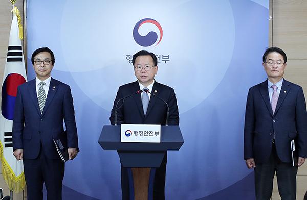 김부겸 행정안전부 장관이 11일 오후 서울 세종대로 정부서울청사에서 2019년 행정안전부 업무계획에 대해 발표하고 있다.
