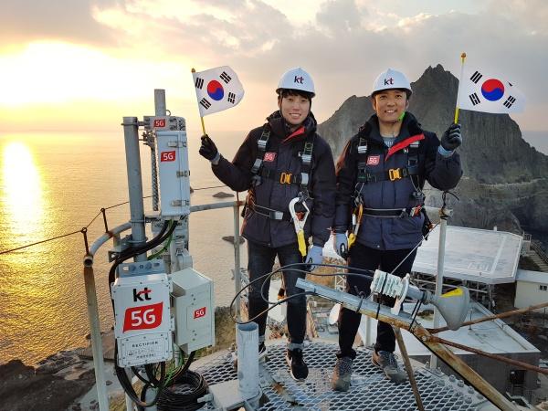 KT가 1일 서울 광화문광장에서 진행된 '제100주년 3·1절 중앙기념식' 행사에서 5G 기술로 독도의 '대한독립만세' 현장을 생중계했습니다.(사진=KT 제공, 뉴스1)