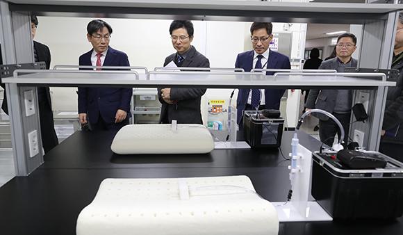 엄재식 원자력안전위원장(왼쪽 두번째)이 생활방사선안전센터에서 라돈측정 서비스 진행 상황을 점검하고 있다. (사진=저작권자(c) 연합뉴스, 무단 전재-재배포 금지)