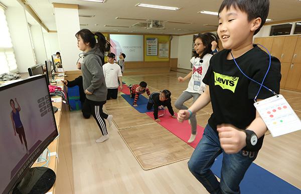 비만예방 건강생활 체험교실에 참가한 어린이들이 모니터를 보며 순환운동을 하고 있다. (사진=저작권자(c) 연합뉴스, 무단 전재-재배포 금지)