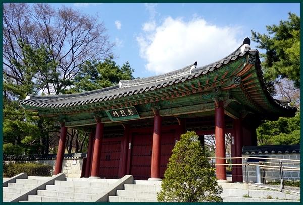 효창공원. 독립 운동가들의 선열들이 모셔진 곳.